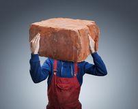 homem-com-um-tijolo-grande-50511889